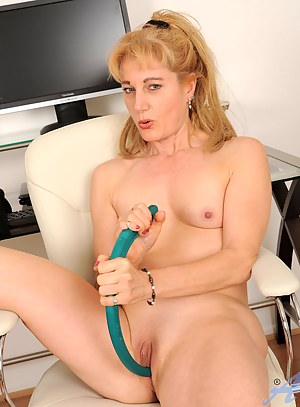 MILF Sex Toys Porn Pictures